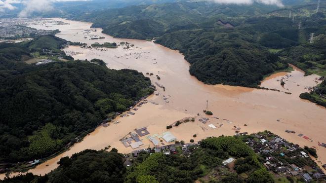 Mưa lớn kỉ lục gây lũ lụt nghiêm trọng ở Nhật Bản: Nhà cửa chìm trong biển nước, người dân phải trèo lên mái chờ giải cứu - ảnh 1
