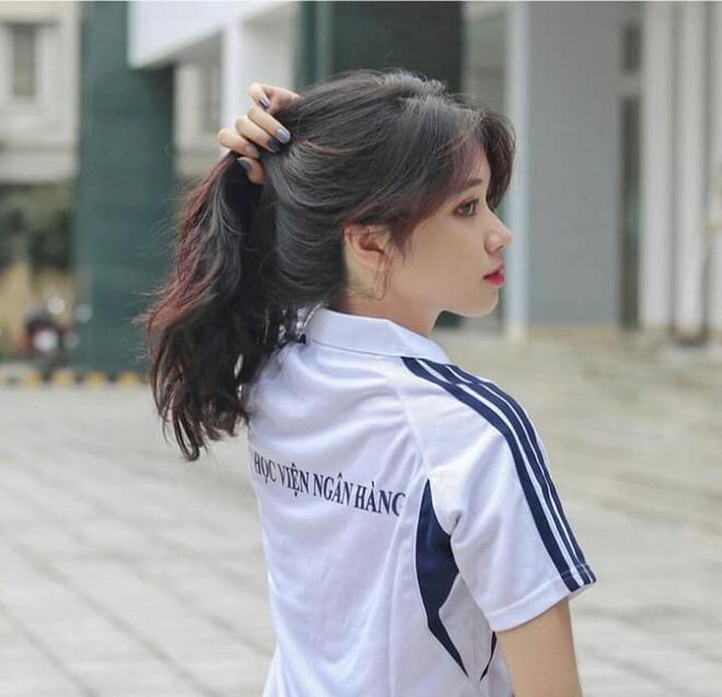 Nữ sinh Ngân hàng gây sốt vì gương mặt đúng chuẩn nàng thơ, đẹp ngẩn ngơ khi diện áo trắng và quân phục - ảnh 2