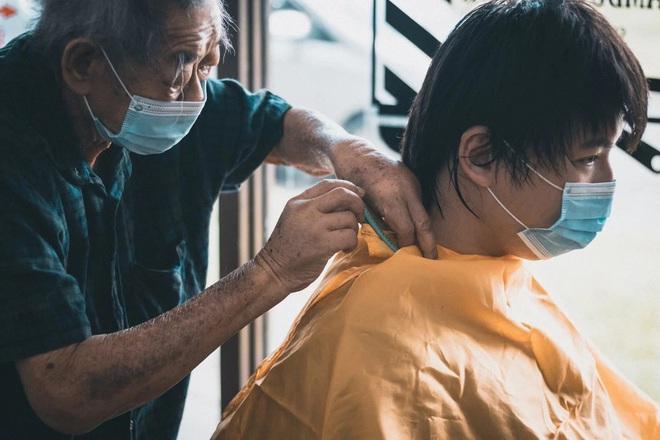 Tiệm cắt tóc hoạt động suốt 3 thập kỉ đóng cửa vĩnh viễn vì Covid-19, hình ảnh người thợ già lầm lũi ngày cuối cùng khiến nhiều người rơi nước mắt - Ảnh 2.