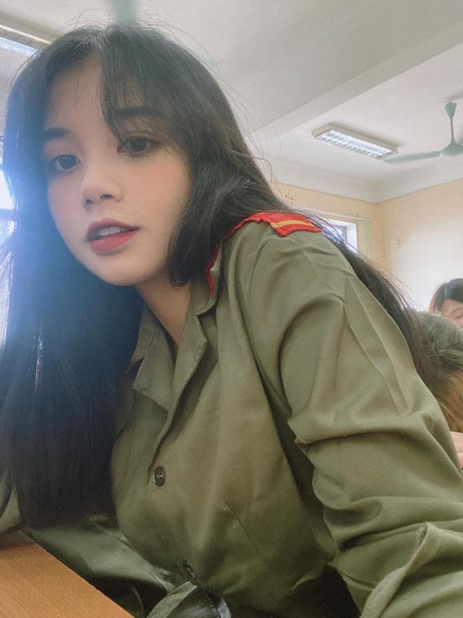 Nữ sinh Ngân hàng gây sốt vì gương mặt đúng chuẩn nàng thơ, đẹp ngẩn ngơ khi diện áo trắng và quân phục - ảnh 5