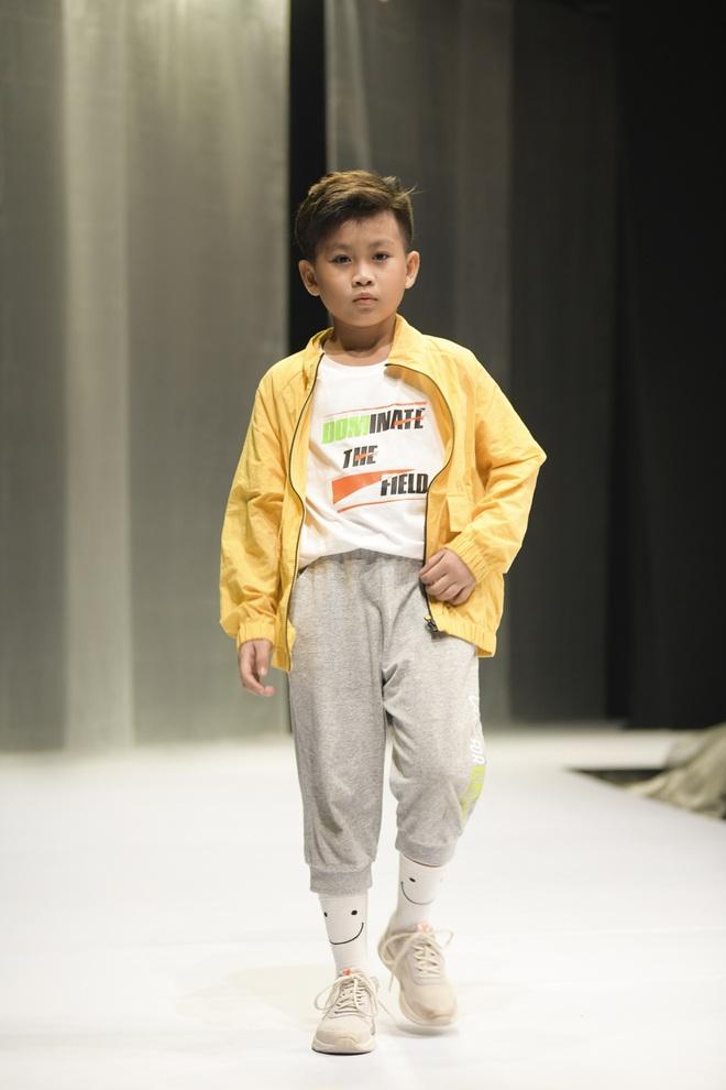 Khánh Vân và Nam Anh làm vedette Tuần lễ Thời trang Trẻ em nhưng chất nhất vẫn là màn nhào lộn của bé Nhím - con nuôi Đỗ Mạnh Cường - ảnh 11