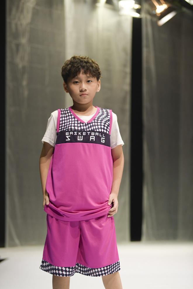 Khánh Vân và Nam Anh làm vedette Tuần lễ Thời trang Trẻ em nhưng chất nhất vẫn là màn nhào lộn của bé Nhím - con nuôi Đỗ Mạnh Cường - ảnh 13