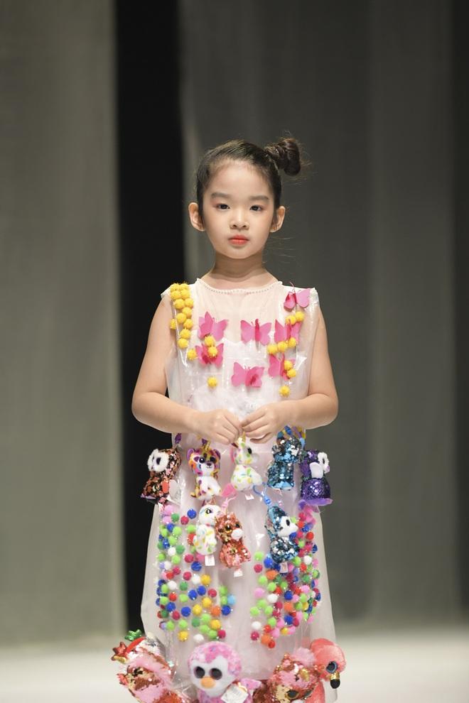 Khánh Vân và Nam Anh làm vedette Tuần lễ Thời trang Trẻ em nhưng chất nhất vẫn là màn nhào lộn của bé Nhím - con nuôi Đỗ Mạnh Cường - ảnh 7