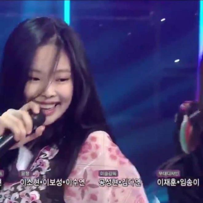 Lần đầu có idol nữ Kpop dám để mặt mộc lên sân khấu encore: Jennie (BLACKPINK) gây choáng với nhan sắc thật - Ảnh 5.