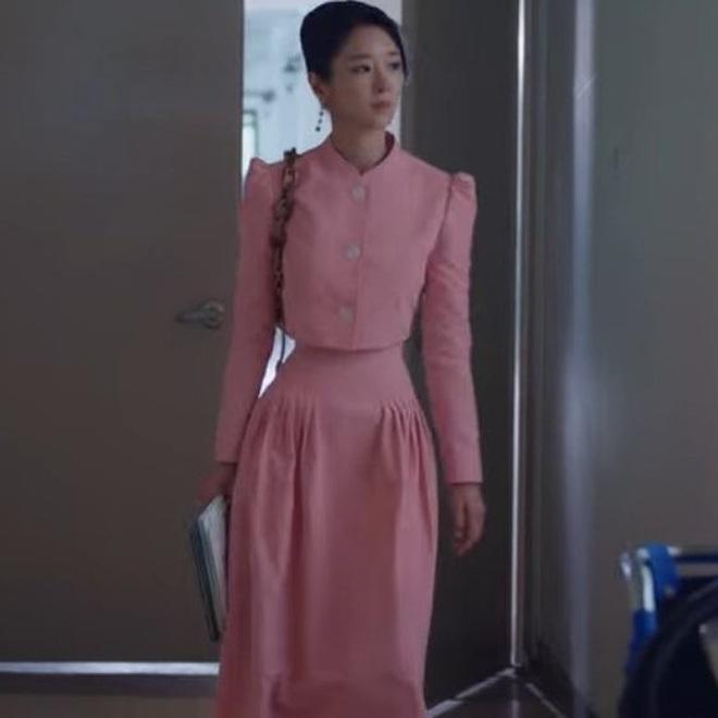 """Netizen """"bấn loạn"""" vì bộ váy màu hường khoe eo nhỏ siêu thực của Seo Ye Ji (Điên Thì Có Sao), nói 45cm cũng có người tin - Ảnh 3."""