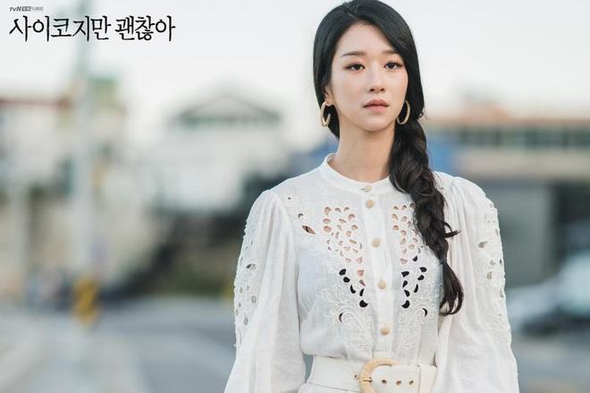 """Netizen """"bấn loạn"""" vì bộ váy màu hường khoe eo nhỏ siêu thực của Seo Ye Ji (Điên Thì Có Sao), nói 45cm cũng có người tin - Ảnh 1."""