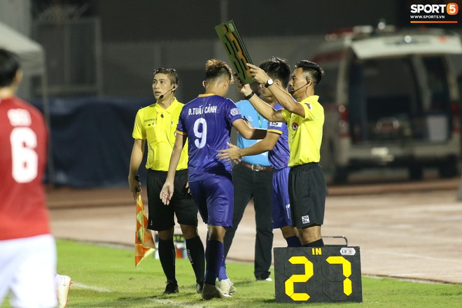 Hài hước vòng 8 V.League 2020: Cầu thủ lao vào sân đòi ăn thua đủ, làm khổ ban huấn luyện - ảnh 2