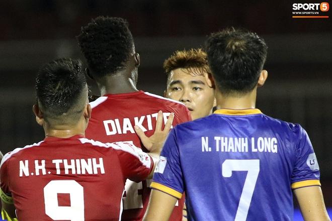 Hài hước vòng 8 V.League 2020: Cầu thủ lao vào sân đòi ăn thua đủ, làm khổ ban huấn luyện - ảnh 4