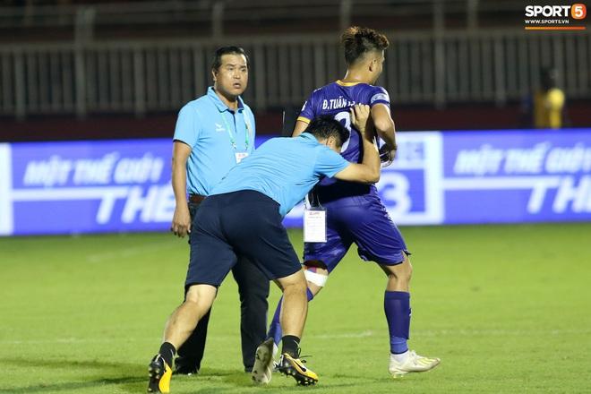 Hài hước vòng 8 V.League 2020: Cầu thủ lao vào sân đòi ăn thua đủ, làm khổ ban huấn luyện - ảnh 6