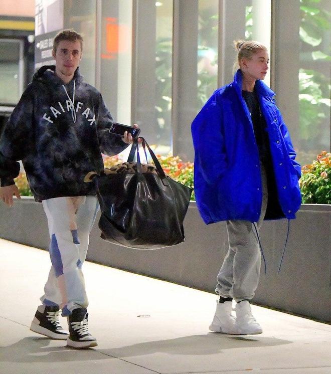Là hoàng tử nhạc Pop, Justin Bieber sẵn sàng làm nền, giúp việc cao cấp kiêm vác đồ cho vợ thoả sức đẹp xinh - ảnh 3