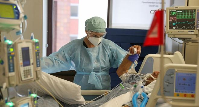 Chúng ta đã mở cửa quá sớm rồi: Ca nhiễm Covid-19 không ngừng tăng, bệnh viện Mỹ sắp đối mặt với thảm họa quá tải thêm một lần nữa - ảnh 1