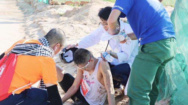 Hình ảnh CSGT gác việc, chạy tới chữa chuột rút cho runner trên đảo Lý Sơn gây ấn tượng - ảnh 3