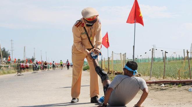 Hình ảnh CSGT gác việc, chạy tới chữa chuột rút cho runner trên đảo Lý Sơn gây ấn tượng - ảnh 1