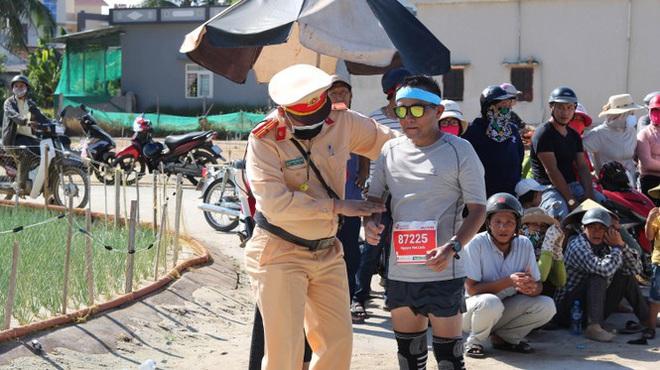 Hình ảnh CSGT gác việc, chạy tới chữa chuột rút cho runner trên đảo Lý Sơn gây ấn tượng - ảnh 2