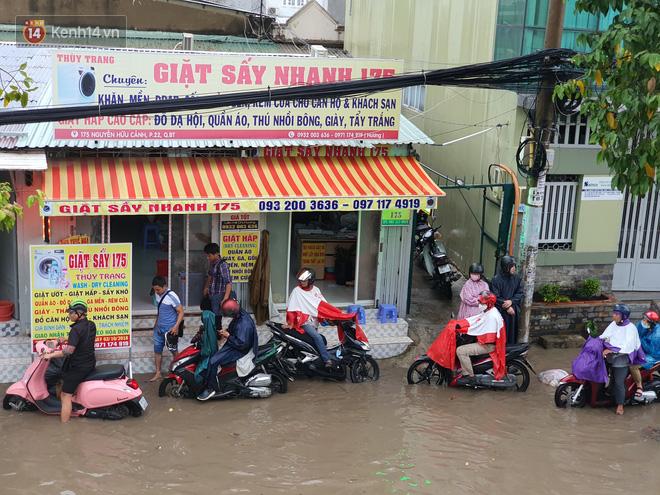 TP.HCM: Sáng nắng gắt, chiều mưa lớn kinh hoàng khiến người dân ướt sũng, bì bõm dắt xe lội nước - Ảnh 8.