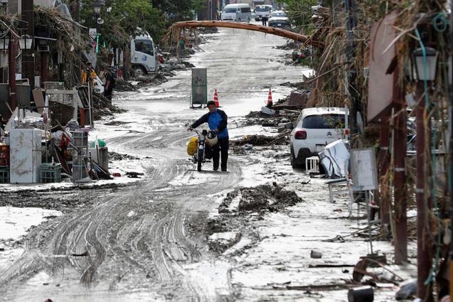 Chùm ảnh: Nhật Bản tan hoang khi lũ lớn càn quét giữa thời điểm bóng ma của đại dịch Covid-19 vẫn đang hiện diện - Ảnh 10.