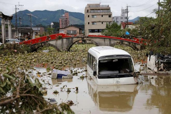 Chùm ảnh: Nhật Bản tan hoang khi lũ lớn càn quét giữa thời điểm bóng ma của đại dịch Covid-19 vẫn đang hiện diện - Ảnh 2.