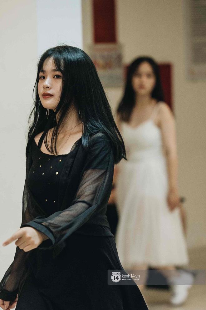 Lễ trưởng thành của teen cuối cấp THPT Kim Liên (Hà Nội): Quá nhiều cảm xúc, dàn gái xinh không kém cạnh bất cứ trường nào - ảnh 1
