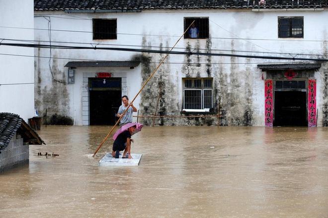 Tình hình nghiêm trọng, Trung Quốc đồng loạt nâng cảnh báo mưa bão, lũ lụt - ảnh 1