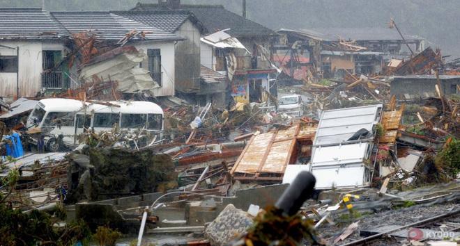 Chùm ảnh: Nhật Bản tan hoang khi lũ lớn càn quét giữa thời điểm bóng ma của đại dịch Covid-19 vẫn đang hiện diện - Ảnh 7.