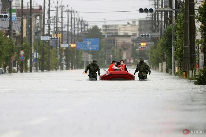 Chùm ảnh: Nhật Bản tan hoang khi lũ lớn càn quét giữa thời điểm bóng ma của đại dịch Covid-19 vẫn đang hiện diện - Ảnh 4.