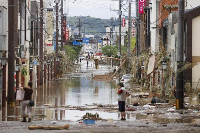 Chùm ảnh: Nhật Bản tan hoang khi lũ lớn càn quét giữa thời điểm bóng ma của đại dịch Covid-19 vẫn đang hiện diện - Ảnh 3.