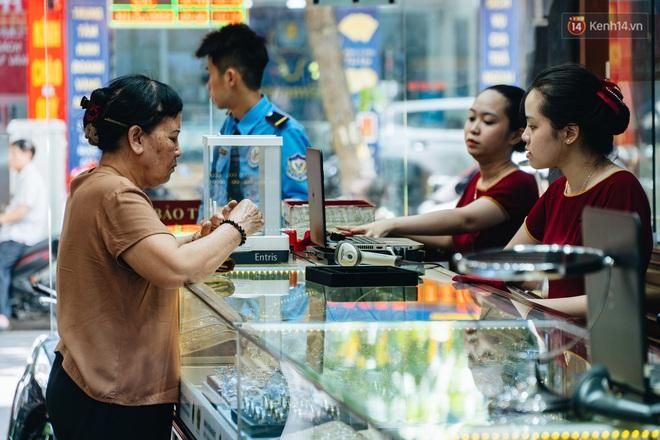 Chùm ảnh: Giá vàng liên tục lập đỉnh hơn 50 triệu đồng/lượng, người dân Thủ đô đổ xô mua bán - ảnh 13