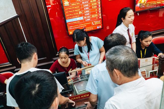 Chùm ảnh: Giá vàng liên tục lập đỉnh hơn 50 triệu đồng/lượng, người dân Thủ đô đổ xô mua bán - ảnh 12