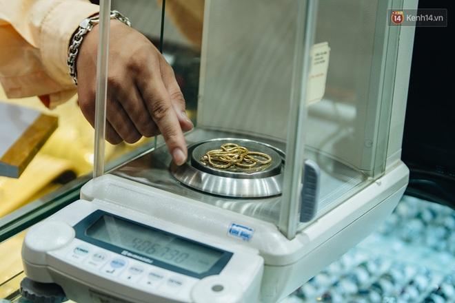 Chùm ảnh: Giá vàng liên tục lập đỉnh hơn 50 triệu đồng/lượng, người dân Thủ đô đổ xô mua bán - ảnh 11