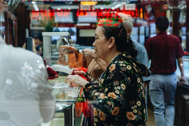 Chùm ảnh: Giá vàng liên tục lập đỉnh hơn 50 triệu đồng/lượng, người dân Thủ đô đổ xô mua bán - ảnh 16