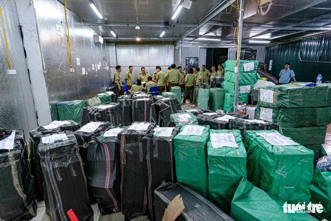 Bên trong kho hàng lậu rộng 10.000m2: Hàng trăm nghìn mặt hàng giày dép, đồng hồ, túi xách nghi giả mạo Nike, Adidas, LV, Chanel, Gucci với doanh thu 10 tỷ đồng/tháng - ảnh 3