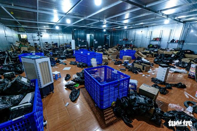 Bên trong kho hàng lậu rộng 10.000m2: Hàng trăm nghìn mặt hàng giày dép, đồng hồ, túi xách nghi giả mạo Nike, Adidas, LV, Chanel, Gucci với doanh thu 10 tỷ đồng/tháng - ảnh 12