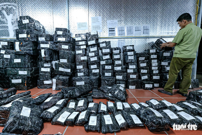 Bên trong kho hàng lậu rộng 10.000m2: Hàng trăm nghìn mặt hàng giày dép, đồng hồ, túi xách nghi giả mạo Nike, Adidas, LV, Chanel, Gucci với doanh thu 10 tỷ đồng/tháng - ảnh 13