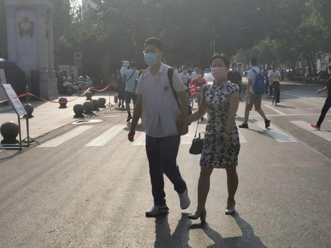 Toàn cảnh kỳ thi đại học khốc liệt nhất thế giới vừa kết thúc: Thí sinh đeo khẩu trang kín mít, an ninh thắt chặt, đề thi lắt léo - ảnh 10