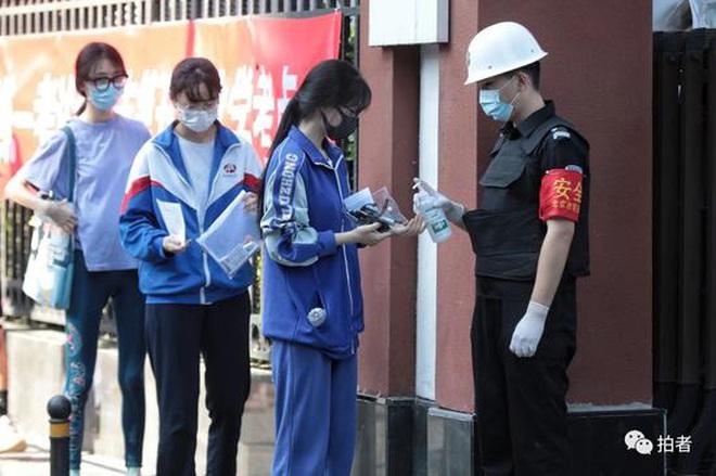 Toàn cảnh kỳ thi đại học khốc liệt nhất thế giới vừa kết thúc: Thí sinh đeo khẩu trang kín mít, an ninh thắt chặt, đề thi lắt léo - ảnh 14