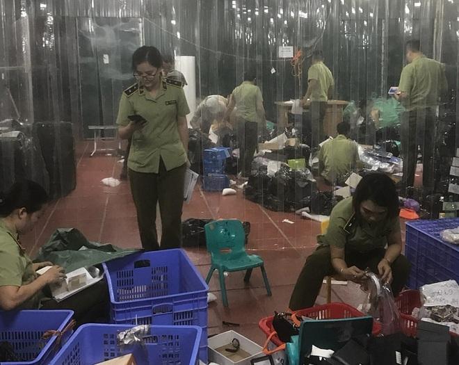 Bên trong kho hàng lậu rộng 10.000m2: Hàng trăm nghìn mặt hàng giày dép, đồng hồ, túi xách nghi giả mạo Nike, Adidas, LV, Chanel, Gucci với doanh thu 10 tỷ đồng/tháng - ảnh 8