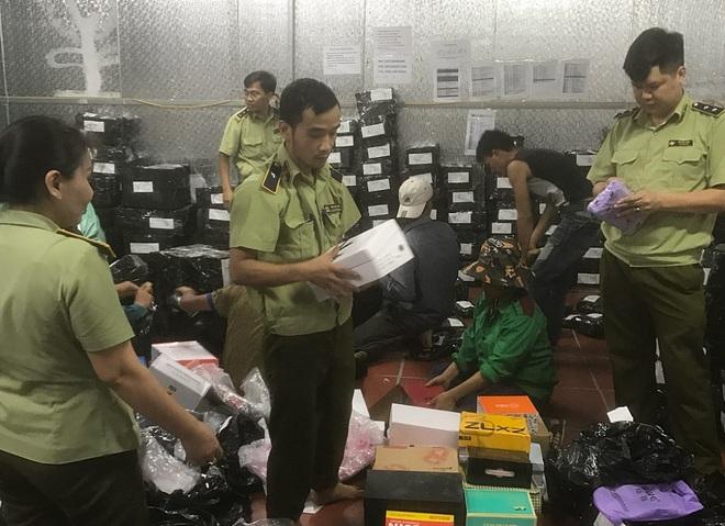 Bên trong kho hàng lậu rộng 10.000m2: Hàng trăm nghìn mặt hàng giày dép, đồng hồ, túi xách nghi giả mạo Nike, Adidas, LV, Chanel, Gucci với doanh thu 10 tỷ đồng/tháng - ảnh 11