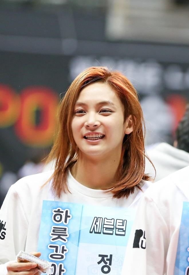 Cứ ngỡ đây là cô gái may mắn nào được V (BTS), Mingyu (Seventeen)... thân mật - ảnh 7