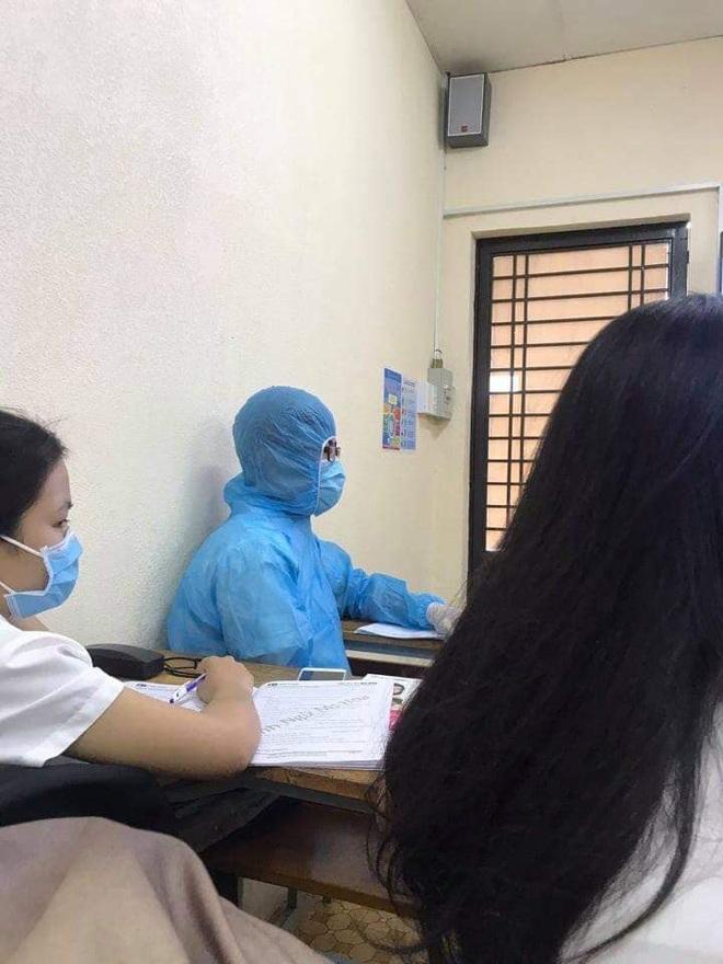 Mặc đồ bảo hộ kín mít từ đầu đến cuối, cứ ngỡ nhân viên khử trùng nào ngờ lại là cách chống dịch hài hước của 2 cậu nam sinh - ảnh 2