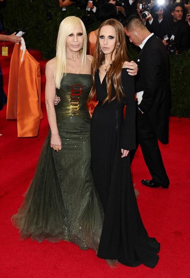 Cuộc sống như địa ngục của Ái nữ đế chế Versace: Thừa kế công ty khi mới 11 tuổi, tài sản hàng trăm triệu đô nhưng không có lấy một ngày vui vẻ - ảnh 8