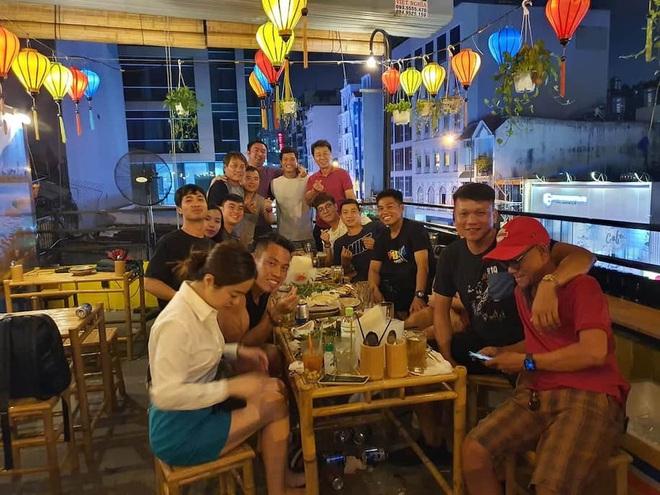 Lộ hình ảnh hiếm hoi Công Phượng dẫn vợ Viên Minh đi dự tiệc chia tay HLV Hàn Quốc - ảnh 1