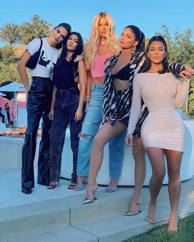 Thì thầm Hollywood: Kendall từ mặt nhà Kardashian, Katy Perry toang với chồng vì cái chết bí ẩn của chó, Angelina - Brad Pitt đều có biến? - ảnh 3