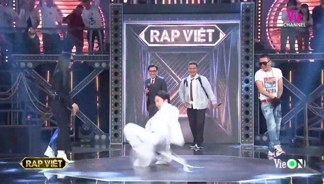 Chàng trai một tạ mốt mặc đồng phục học sinh đốt cháy sân khấu Rap Việt khiến Binz, Karik, Wowy và Suboi ra sức giành giật - ảnh 3