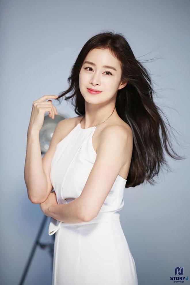 Kim Tae Hee xinh đẹp trẻ trung như gái đôi mươi, nhưng ốp điện thoại lại bất ngờ tố cáo tuổi thật của nữ minh tinh - ảnh 2