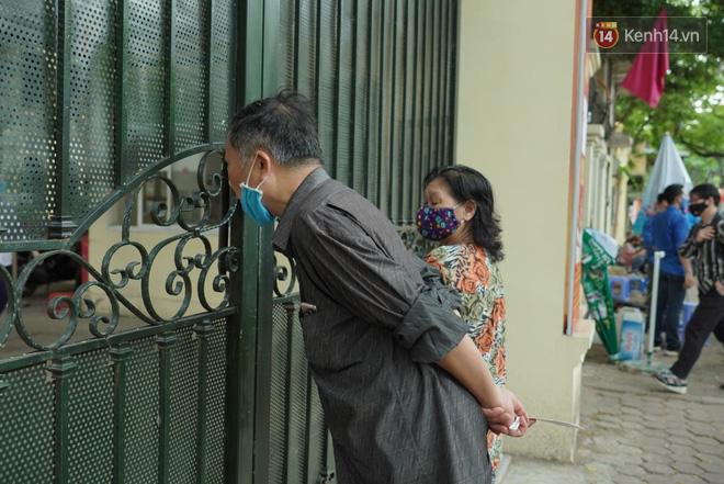 Những khoảnh khắc cảm xúc nhất kỳ thi THPT Quốc gia: Khi đứa con bé bỏng của bố mẹ sắp bước vào đại học - ảnh 3