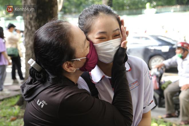 Những khoảnh khắc cảm xúc nhất kỳ thi THPT Quốc gia: Khi đứa con bé bỏng của bố mẹ sắp bước vào đại học - ảnh 20