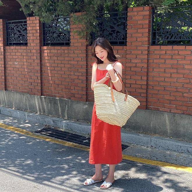 Hè diện váy yểu điệu mà kết hợp 4 kiểu giày dép sau thì style của bạn sẽ được nhân đôi điểm xịn sò - ảnh 1