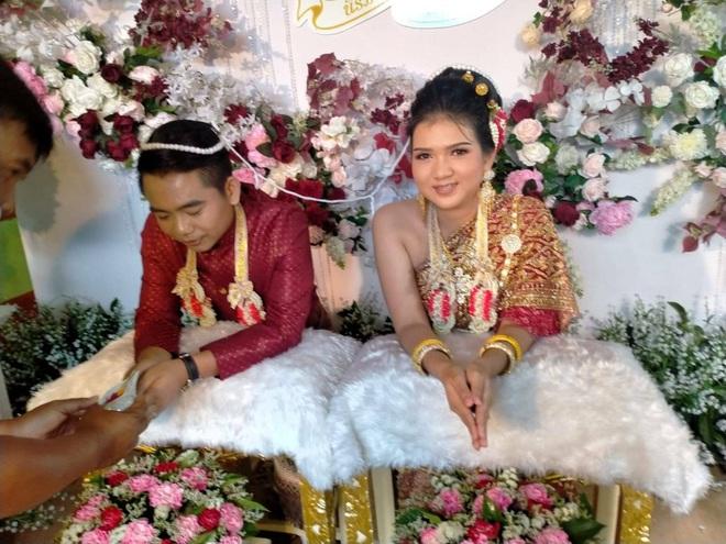 Thái Lan: Bố vợ chơi khăm, bắt con rể fan MU ăn mừng chức vô địch của đối thủ truyền kiếp mới cho cưới - Ảnh 1.