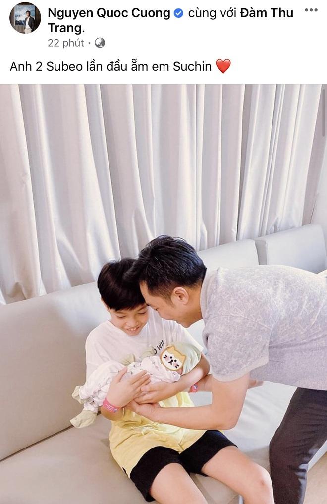 Cường Đô La khoe khoảnh khắc quý tử Subeo ẵm em gái vừa chào đời, biểu cảm của quý tử khiến dân tình lụi tim - ảnh 1