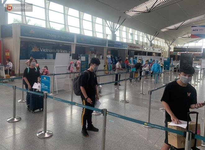 Chuyến bay đầu tiên chở du khách từ Đà Nẵng về TP. Hồ Chí Minh - ảnh 1
